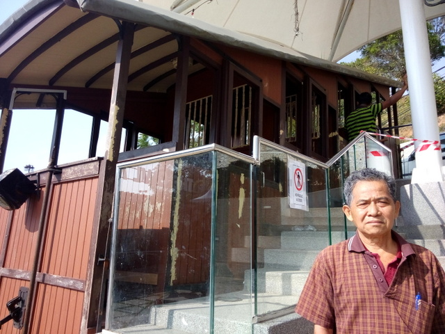 The previous time my father ride the cable car to Penang is 50 years ago and this is the first generation of cable car.